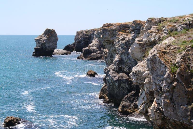 Orilla de mar rocosa imagenes de archivo