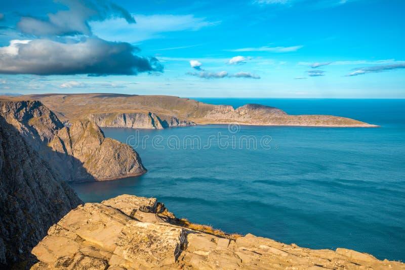 Orilla de mar rocosa con el cielo nublado azul Nordkapp, Noruega imagen de archivo