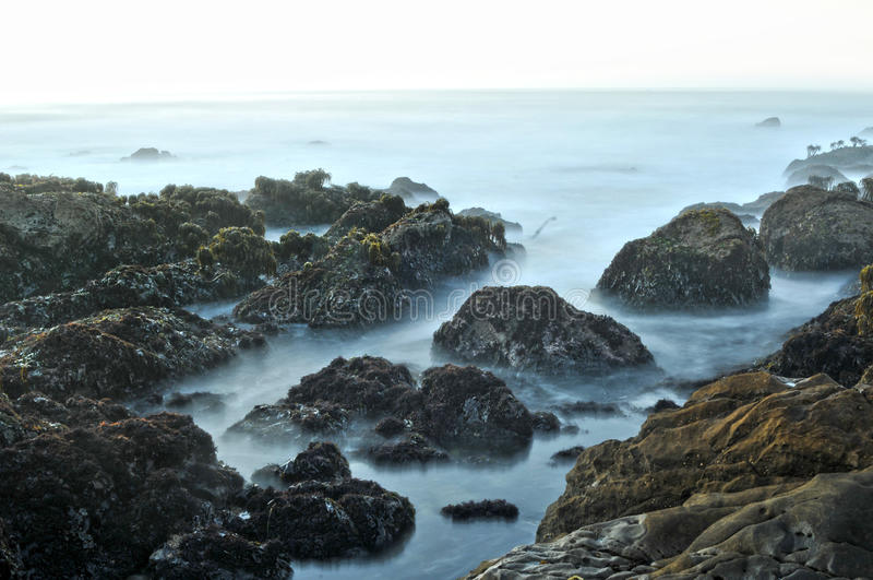 Orilla de mar rocosa de la playa del océano foto de archivo libre de regalías