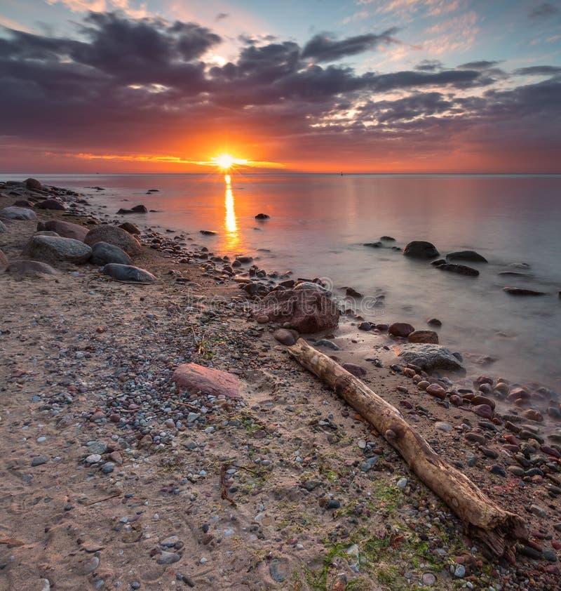 Orilla de mar rocosa en la salida del sol Paisaje marino hermoso imagen de archivo libre de regalías