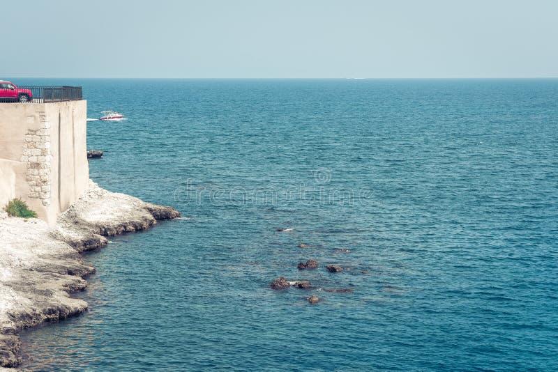 Orilla de mar rocosa de la isla de Ortygia Ortigia, Syracuse, Sicilia, Italia foto de archivo