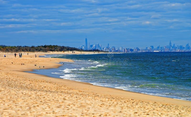 Orilla de Océano Atlántico en Sandy Hook con la opinión sobre NYC imagenes de archivo