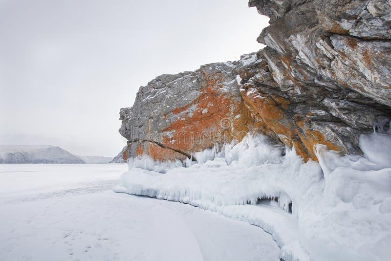 Orilla del lago Baikal, paisaje del invierno imagen de archivo