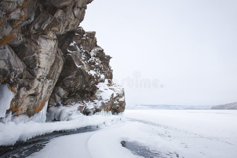 Orilla del lago Baikal, paisaje del invierno fotos de archivo libres de regalías