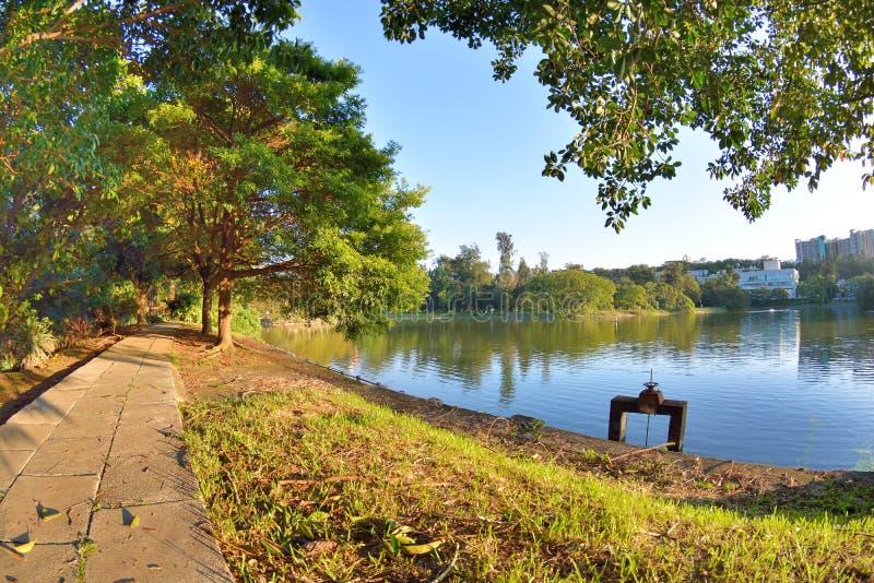 Orilla del lago en la ciudad de la universidad imagen de archivo libre de regalías