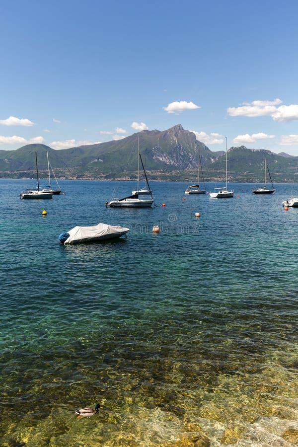 Orilla del lago Garda en el pueblo de Torri del Benaco foto de archivo