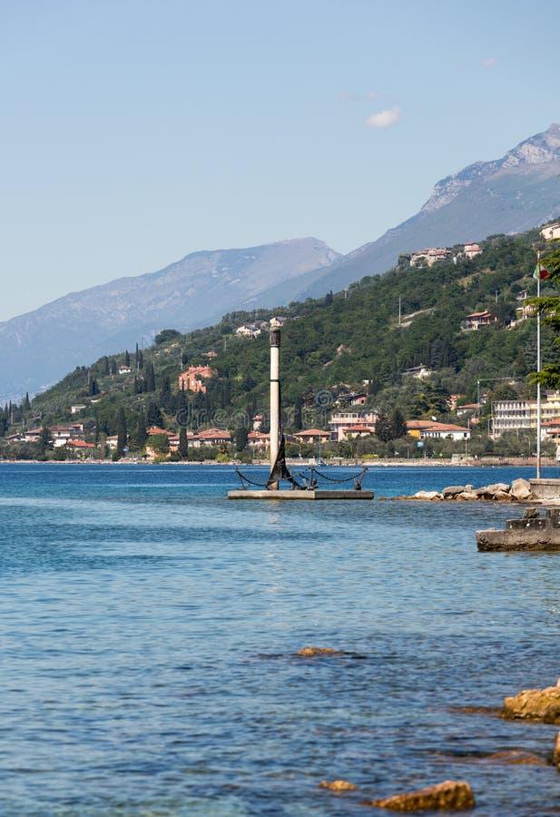 Orilla del lago Garda en el pueblo de Torri del Benaco imágenes de archivo libres de regalías