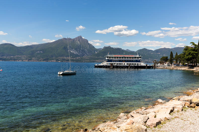 Orilla del lago Garda en el pueblo de Torri del Benaco fotos de archivo libres de regalías