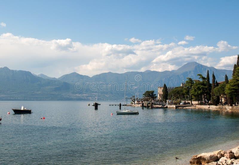 Orilla del lago Garda en el pueblo de Torri del Benaco en Italia imágenes de archivo libres de regalías