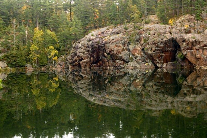 Orilla del lago George fotos de archivo