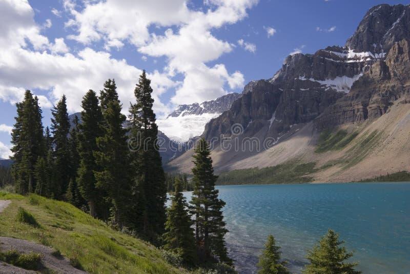 Orilla del lago y de la opinión del arqueamiento al glaciar de la araña fotos de archivo