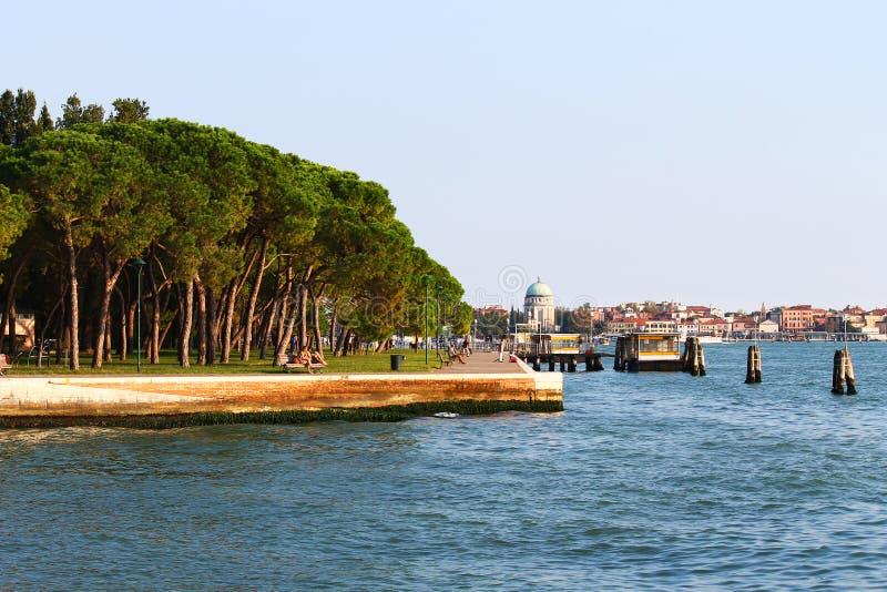 Orilla del mar con los árboles y los edificios en el agua imagen de archivo libre de regalías