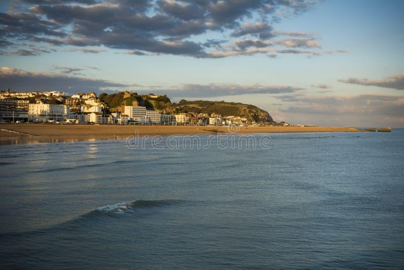 Orilla del mar de Hastings en sol de la última hora de la tarde imágenes de archivo libres de regalías