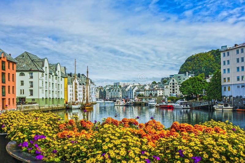 Orilla del mar de la ciudad y del puerto marítimo Alesund, Noruega foto de archivo libre de regalías