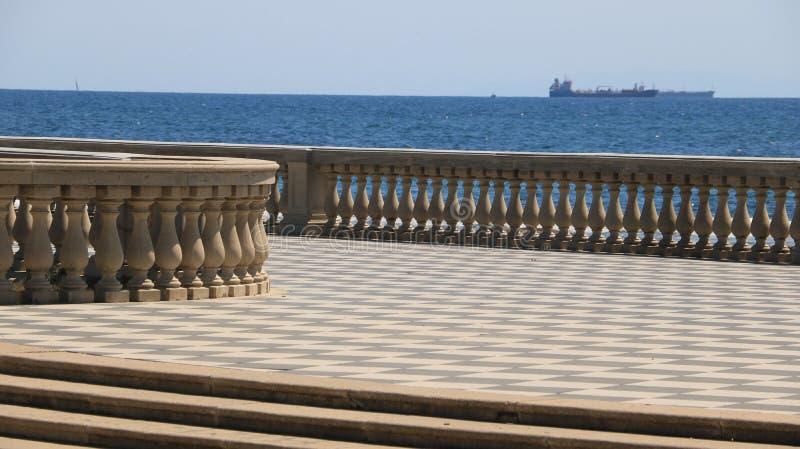 Orilla del mar de Livorno La terraza de Mascagni es un lugar famoso y lugar de reunión para los ciudadanos de la ciudad toscana imagen de archivo