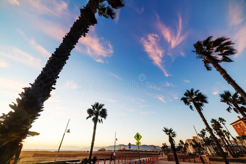 Orilla del mar de Santa Monica en la puesta del sol imagen de archivo