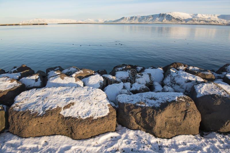 Orilla del mar en Reykjavik en el día de invierno soleado, Islandia foto de archivo
