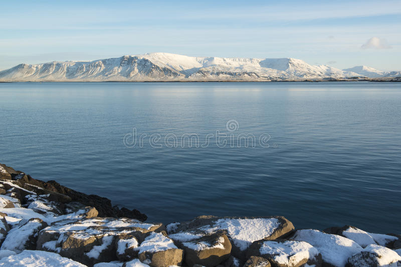 Orilla del mar en Reykjavik en el día de invierno soleado, Islandia imagen de archivo libre de regalías