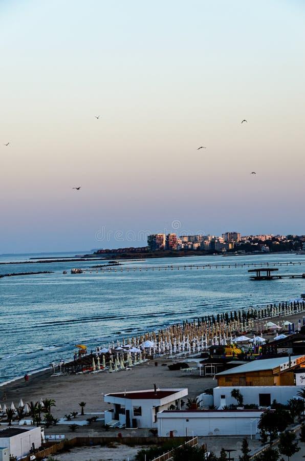 Orilla del mar y 'promenade' del Mar Negro con las barras y los hoteles en el tiempo de la salida del sol fotos de archivo