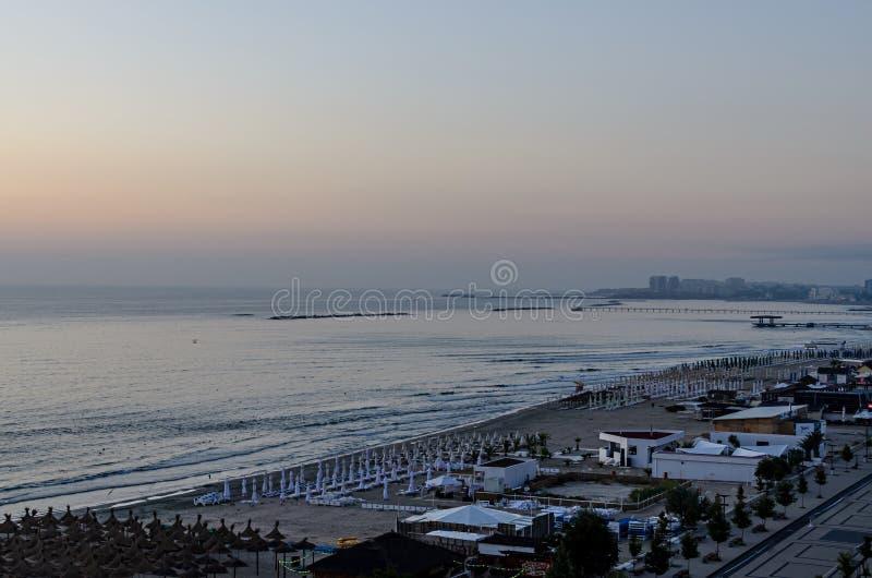 Orilla del mar y 'promenade' del Mar Negro con las barras y los hoteles en el tiempo de la salida del sol imágenes de archivo libres de regalías