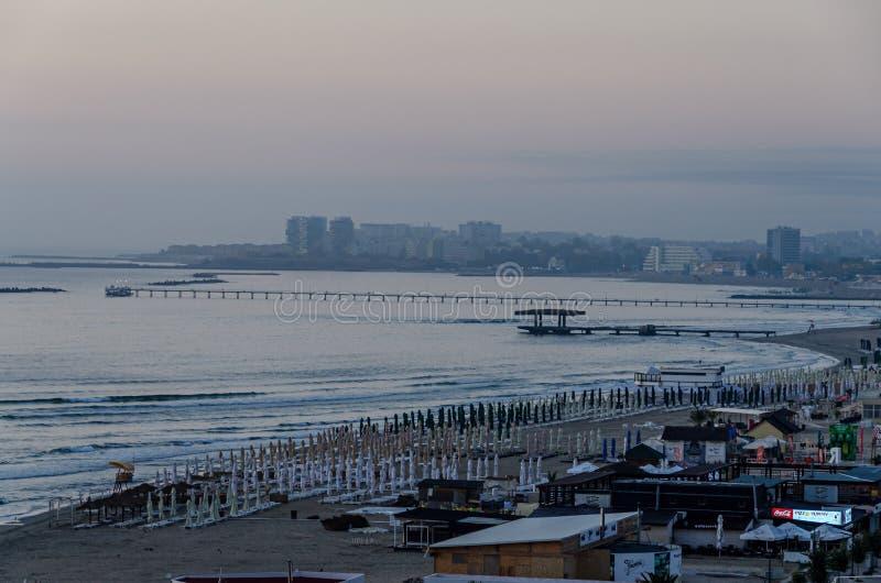 Orilla del mar y 'promenade' del Mar Negro con las barras y los hoteles en el tiempo de la salida del sol imagenes de archivo