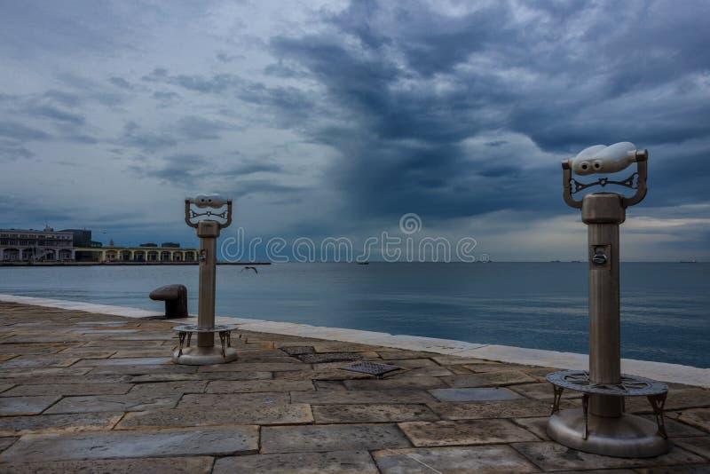 Orilla del mar y puerto en Trieste, Italia fotografía de archivo libre de regalías