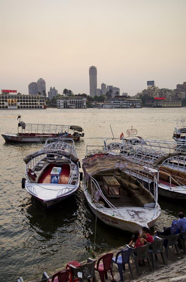 Orilla del Nilo con los barcos El Cairo Egipto imágenes de archivo libres de regalías