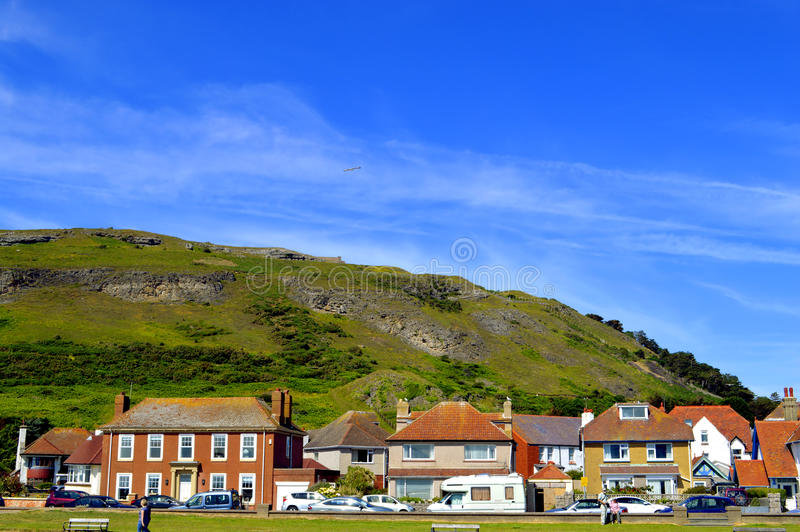 Orilla del oeste de Llandudno con vistas a gran Orme detrás de las casas fotografía de archivo