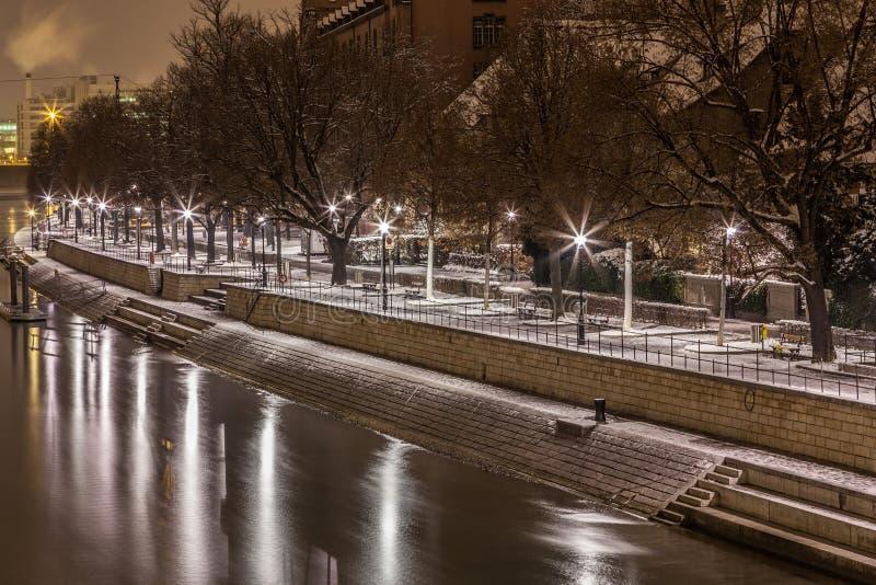 Orilla del río, Basilea, Suiza imagen de archivo