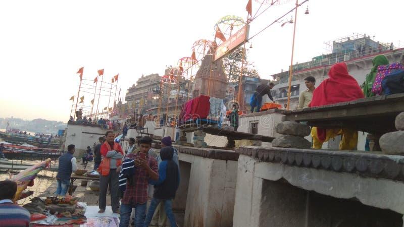 Orilla del río de Ganga en Varanasi fotos de archivo