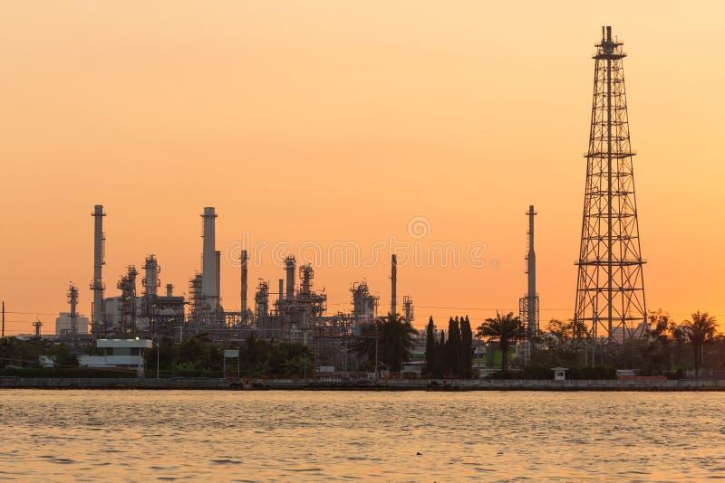 Orilla del río de la salida del sol sobre la refinería de petróleo, fondo de la industria pesada fotos de archivo