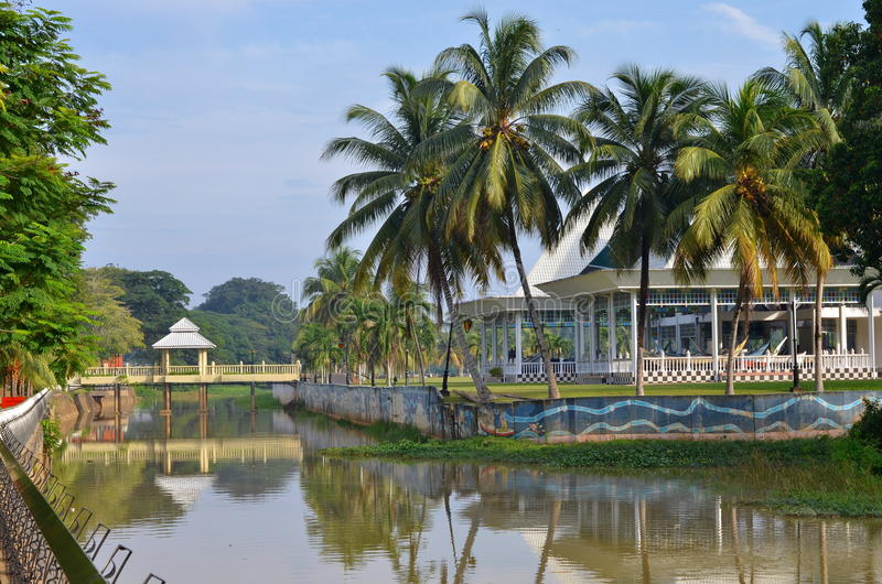 Orilla del río de Pahang en la ciudad de Pekan en Malasia fotografía de archivo