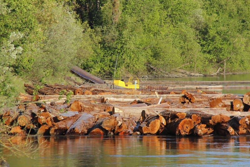 Orilla del río del molino de la madera de construcción imagen de archivo