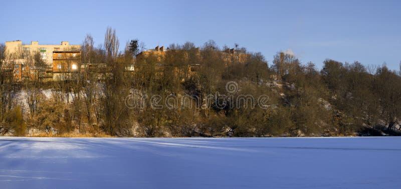 Orilla derecha del río meridional congelado del insecto en el área del macizo de Sverdlovsk fotografía de archivo