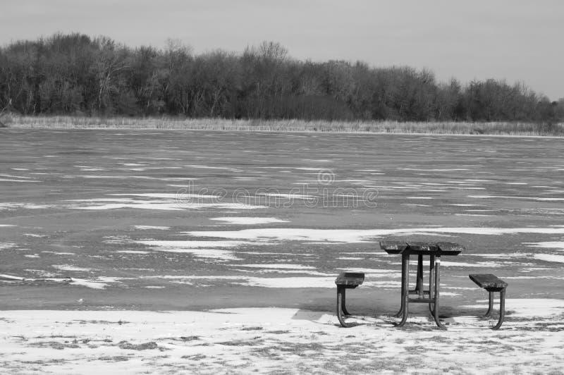 Orilla helada del lago picnic Table imágenes de archivo libres de regalías
