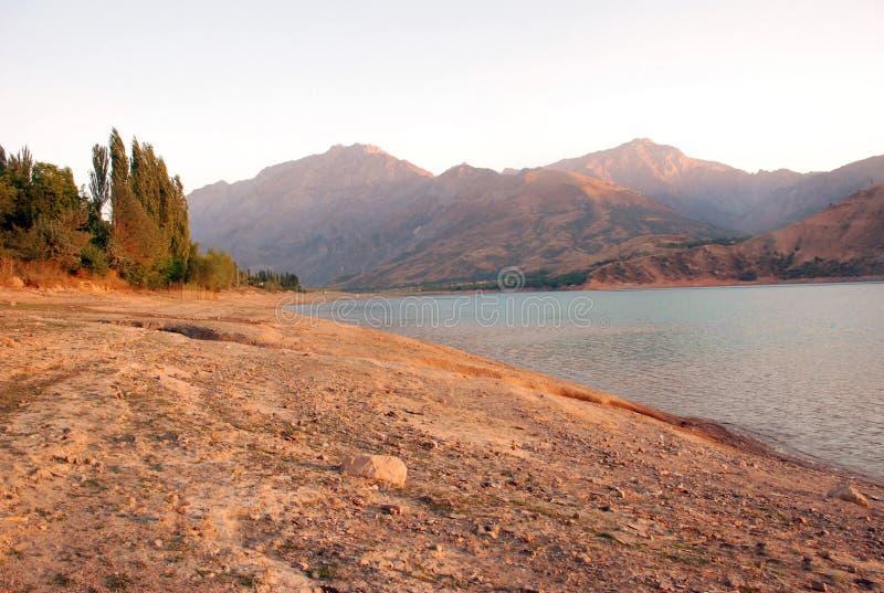 Orilla profunda del lago en el amanecer en Uzbekistán foto de archivo