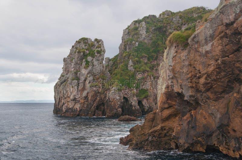 Orilla rocosa de las islas de los caballeros de los pobres fotografía de archivo libre de regalías