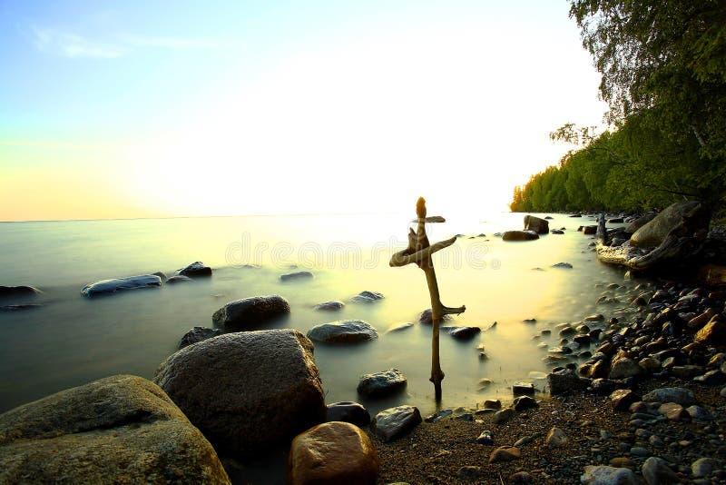 Orilla rocosa del lago foto de archivo libre de regalías