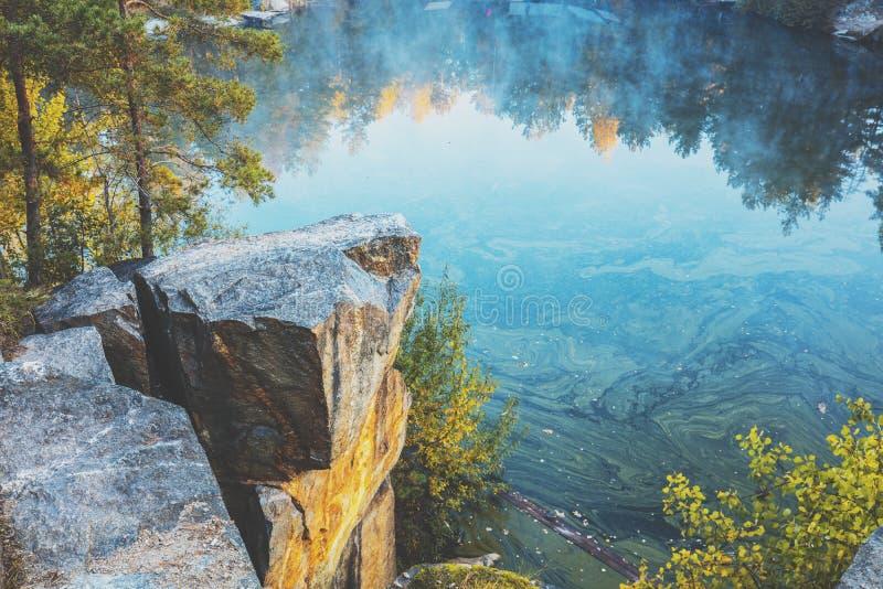 Orilla rocosa del lago de la monta?a foto de archivo