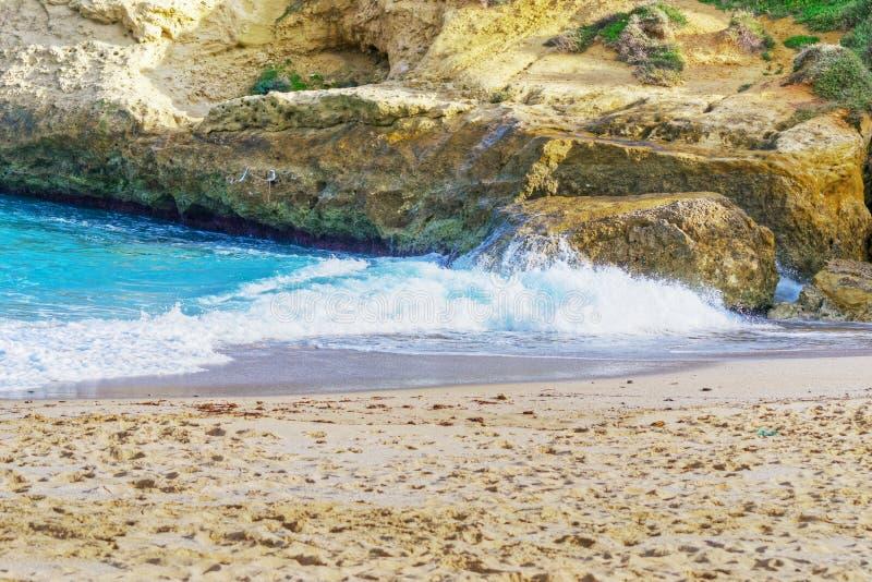 Orilla rocosa y mar azul en Cerdeña imagenes de archivo