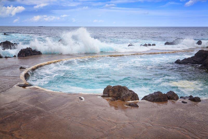 Orilla rocosa y piscinas naturales Oporto Moniz, isla de Madeira, Portugal imágenes de archivo libres de regalías