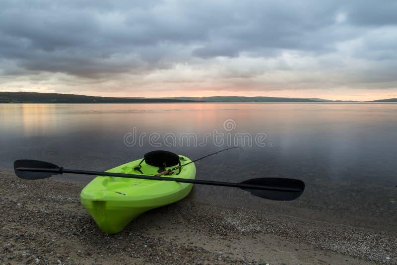 A orillas del lago puesta del sol imagen de archivo libre de regalías