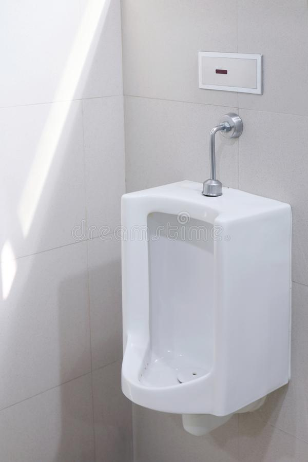 Orinali per la toilette all'aperto degli uomini, ceramico bianco al pubblico del bagno, orinali degli orinali di bianco del primo fotografia stock libera da diritti