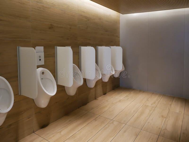 Orinali puliti pubblici della toilette della toilette degli uomini moderni immagini stock libere da diritti