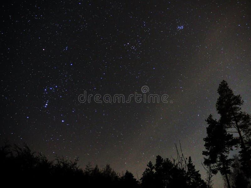 Orionconstellatie en open cluster Pleiades op nachthemel royalty-vrije stock afbeelding