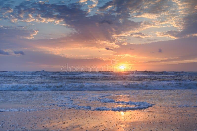 Orizzontale costiero di alba dell'Oceano Atlantico del fondo fotografia stock libera da diritti