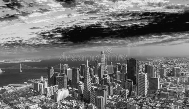 Download Orizzonte Aereo Di San Francisco Dall'elicottero Su Un'estate Soleggiata D Fotografia Stock - Immagine di torretta, vista: 117980084