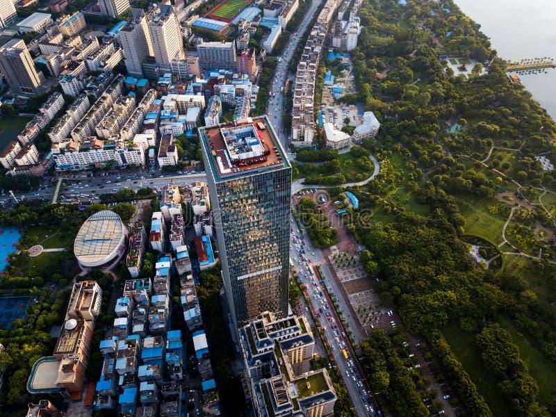 Orizzonte aereo urbano con i grattacieli a Nanning Cina immagine stock libera da diritti