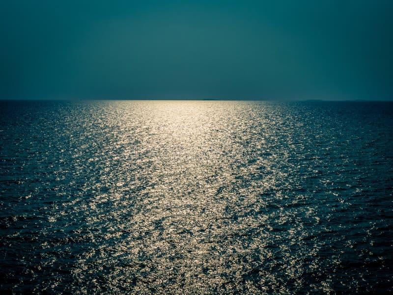 Orizzonte all'oceano, impiegato di notte fotografie stock libere da diritti