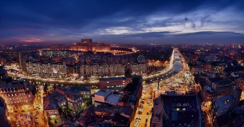 Orizzonte all'ora blu, fiume di Dambovita, vista aerea di Bucarest immagine stock
